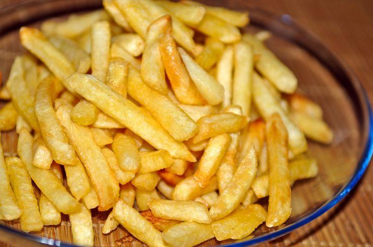 При жарке картошки нужно соблюдать всего лишь несколько несложных правил.   Первое‒картошка должна быть сухой. После того, как вы её порезали и промыли, её нужно обязательно промокнуть бумажным пол…