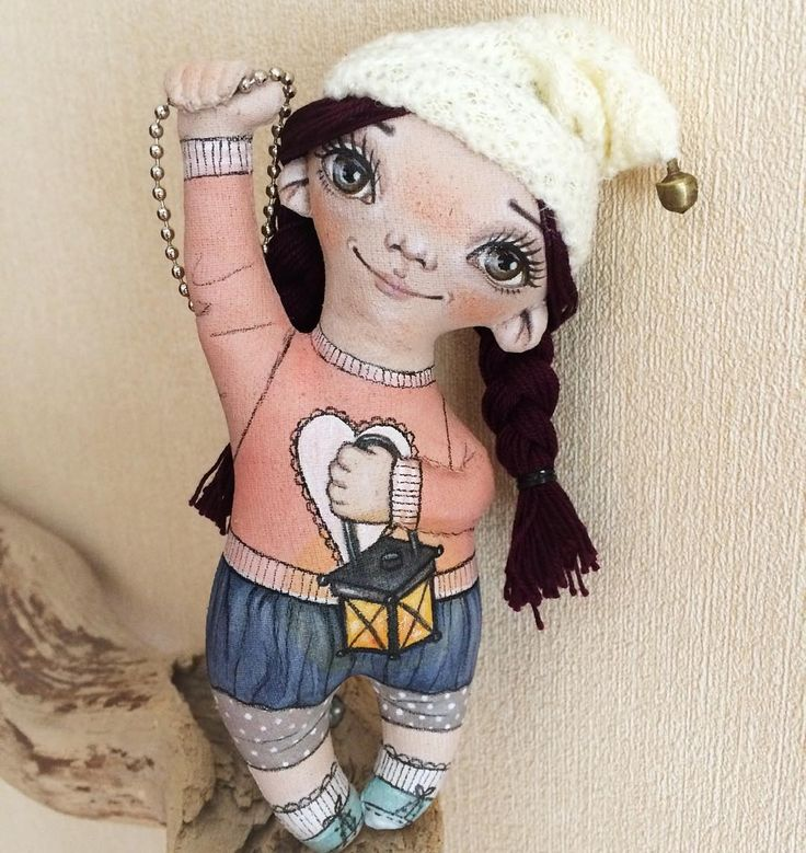 Малышка новая жительница сумочки. У неё такой красивый цвет волос - баклажановый! Как я только не изгалялась что б поймать его на фото но, то лицо засвечено, то волосы слишком тёмные. Сделана на заказ. Размер около 14 см без шапочки.  #сумчатый_гном #ручнаяработа #куклаизткани #куклыеленыхайдуковой #декорсумки#гномик#игрушка#украшение#фонарик#косички#туапсе #жительсумки #art #handmade #gnome #forbag #decor#doll#handmadetoy#стильныемалышки #fabricdoll #fantasydolls