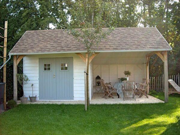 Tuinhuis met witte dekkende tuinbeits. De deuren zijn in zacht blauw geverfd.