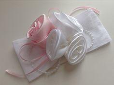 Faixa botão de rosa em cetim branco e rosa super delicado,  ideal para bebê ou criança de 0 a 6 anos. R$ 24,90