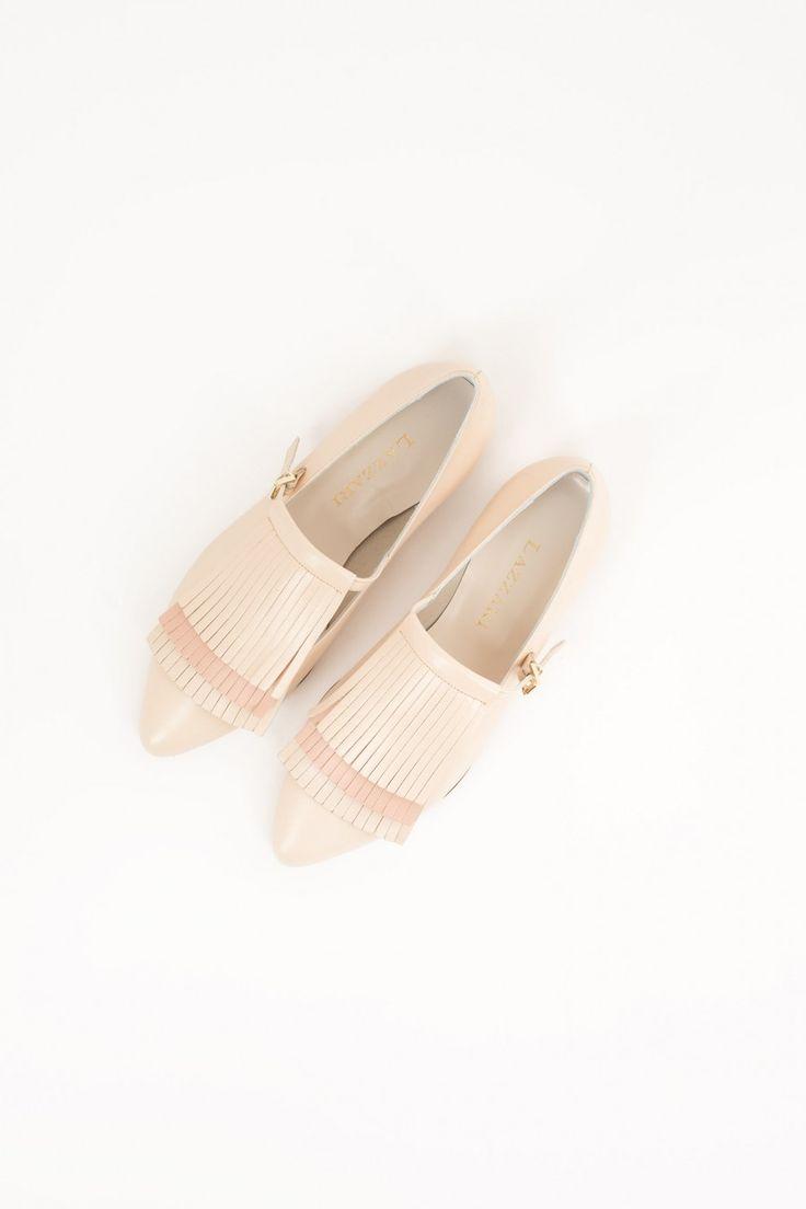 Ballerina a punta con frange. Disponibile cipria o cuoio. Tacco: 1,5 cm. 100% vera pelle. Fatto con cura in Italia.