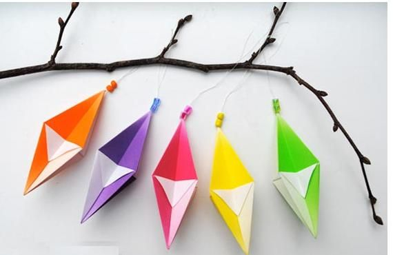 Móviles de papel para niños: Crafts Ideas, Holidays Crafts, Hanging Decorations, Paper Ornaments, Homemade Christmas Ornaments, Origami Decoration, Origami Hanging, Christmas Decor, Christmas Trees Ornaments