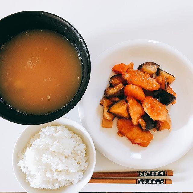 本日の朝ごはん🎶 僕が作っているわけではないです笑  鶏肉とナスと人参の酢鶏 卵の味噌汁  #朝ごはん #ごはん #ご飯大好き #幸せ #ご飯大好きな人と繋がりたい #肉