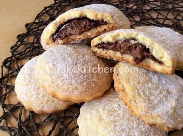 I biscotti con nutella sono dei golosi biscotti ripieni semplici da preparare. Alla nutella è possibile sostituire altro tipo di crema.