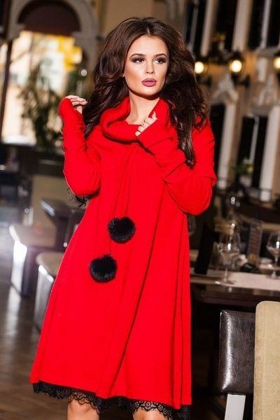Средней длины теплое стильное платье с выложеным вороткником и меховыми помпонами ярко-красный