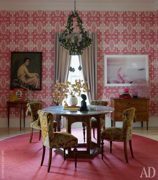 Розовая столовая. Стол истулья антикварные, ковер скандинавский, обоинайдены в Лондоне. Фотография враме — работаРинни Аллен.