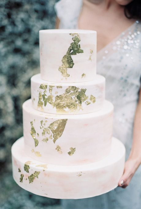 Modern and edgy cake design for contemporary weddings.   Subtle watercolor cake with gold foil flakes by Earth & Sugar   Photo: To Love Photographie