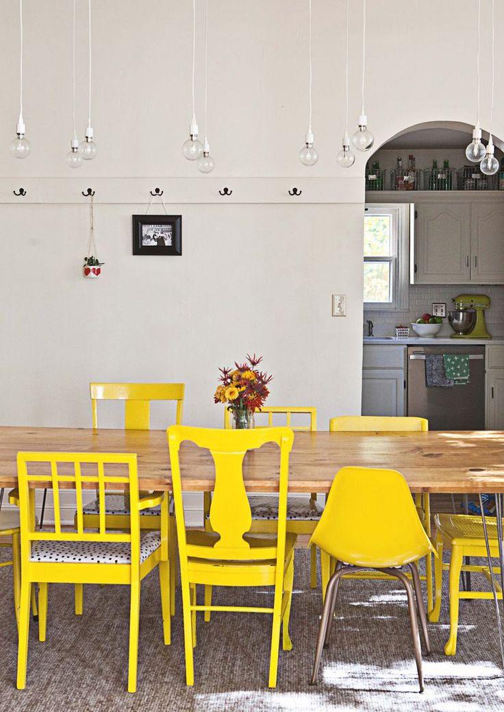 Cuisine jaune et blanche. La bonne idée déco pour recycler ses chaises dépareillées et apporter de la lumière dans une cuisine / salle à manger : peindre ses chaises en jaune ! Une couleur gaie et chaleureuse, très tendance en décoration cette saison ! #diy #peinture #yellow
