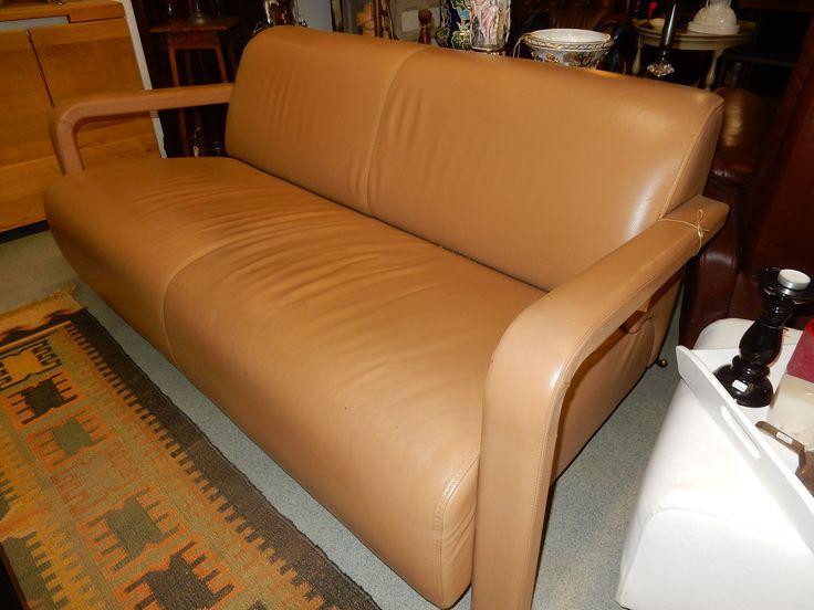 Te koop een mooie moderne lederen design bank van het merk Leo lux. De bank is speciaal vorm gegeven door de brede kussens en de opengewerkte armleuningen. De bank is in zeer goede staat en is van hoge kwaliteit. De afmetingen zijn 180 cm breed, 90 cm diep, 74 cm hoog, zitdiepte is 58 cm en zithoogte is 40 cm. Wij hebben twee bijpassende fauteuils staan, zie overige advertenties. Prijs € 350,00