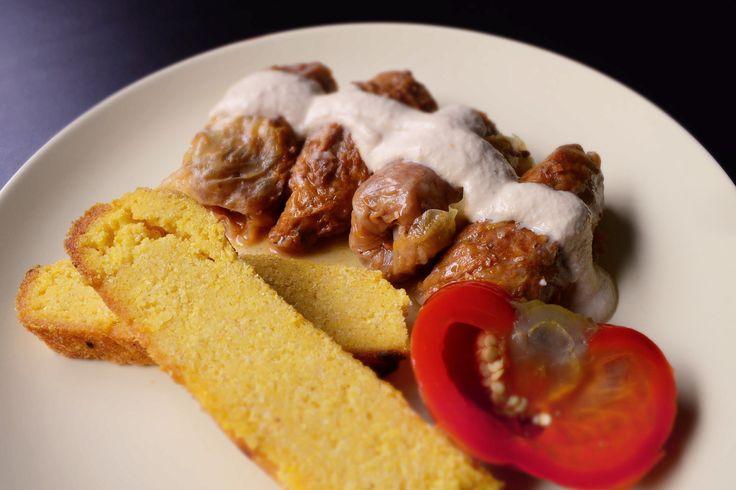 Sarmale cu nuci si orez – o reteta de post pe care am zis sa o incerc si care poate fi pregatita fie cu varza acra, fie cu varza dulce La gust mi s-au parut la fel ca cele cu carne. O alta reteta de sarmale de post, la fel de gustoasa, puteti gasi aici: http://www.deliciiraw.ro/sarmale-de-post-cu-ciuperci-si-orez-reteta-traditionala …