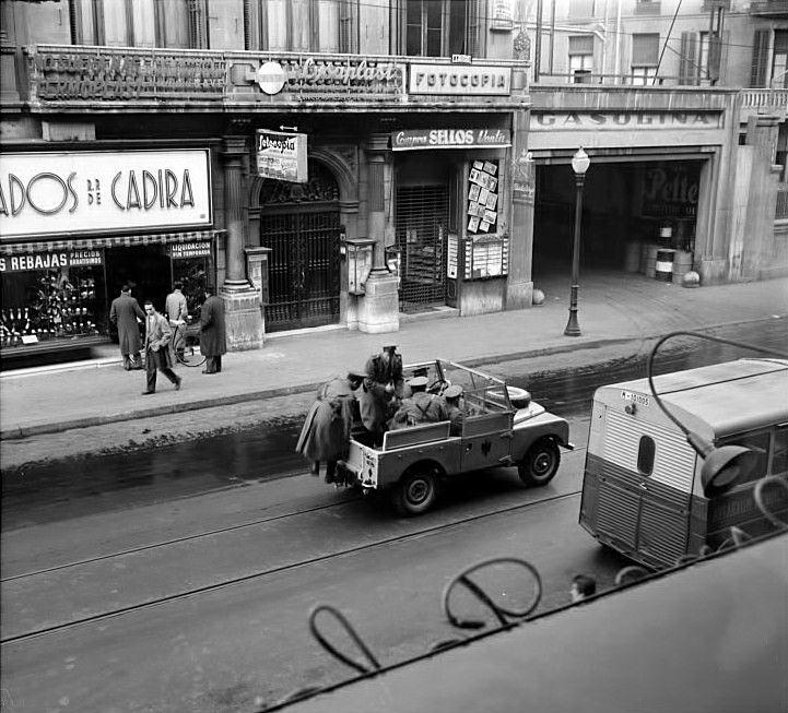 'Grisos' al carrer Pelai de Barcelona. Gener de 1957.