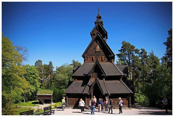 Gol stavkirke czyli kościół klepkowy z Gol, który powstał około 1212 roku, a przeniesiony został do Bygdøy w 1884 roku. Można go podziwiać w Norsk Folkemuseum.