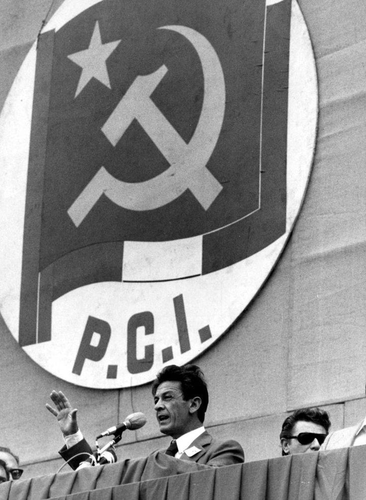 Enrico Berlinguer durante un comizio del PCI nel 1976  (Publifoto/Lapresse)