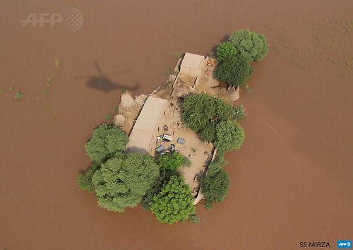 Imagen tomada desde un helicóptero del Ejército de Pakistán que muestra una vista aérea de los residentes afectados por las inundaciones en el recinto de su casa rodeada por el avance de las crecidas en las afueras de Multan. Las inundaciones y deslizamientos por las fuertes lluvias monzónicas han cobrado más de 450 vidas en Pakistán y la India, con los hospitales luchando para hacer frente a un incesante desastre.