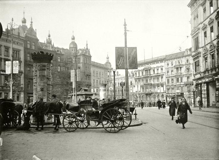 Plac Legionów w latach 20. XX wieku. Kapitalne zdjęcie !!!!!!!!kamienica po prawei istnieje. Tak, narożna Sądowa/Piłsudskiego.Lata 1920-1930