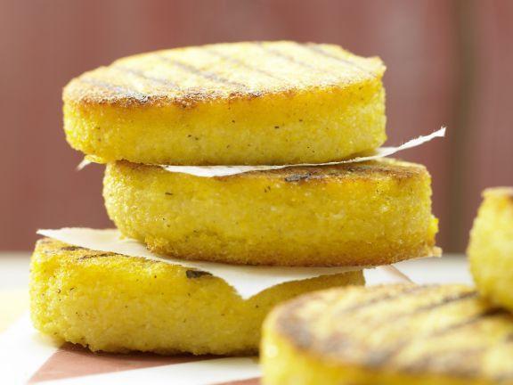 Polenta-Taler aus der Pfanne: Die Beilage aus Maisgrieß ist für alle eine Wohltat für den gereizten Magen. Außerdem ist sie cholesterin- und fettarm.