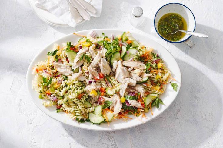 12 Maart - Warmgerookte makreel + verse groene pesto + komkommer in de bonus = De rokerige smaak van de makreel maakt van deze eenvoudige salade iets speciaals. - Recept - Allerhande