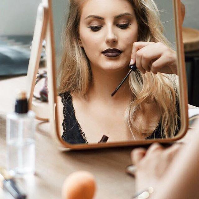 Ça c'est bien un temps à remettre les gros pulls et les rouges à lèvres foncés 🌥💄 #mauvaistemps #blonde #rougealevres #rougealevremat #liquidlipstick #nyx #darklips