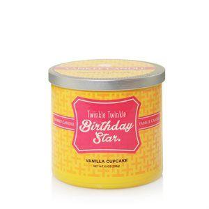 10 Oz 2-Wick-Twinkle Twinkle Birthday Star Scentiments serien sprider glädje med doft och hälsningar för att fira några av livets ögonblick. Doft: Vanilla Cupcake En riklig krämig arom av Vanilla cupcake med inslag av citron och smörig glasyr. Serien finns i 10 oz, 2-wick tumblers med olika mönster i målat glas och borstat lock i aluminium.