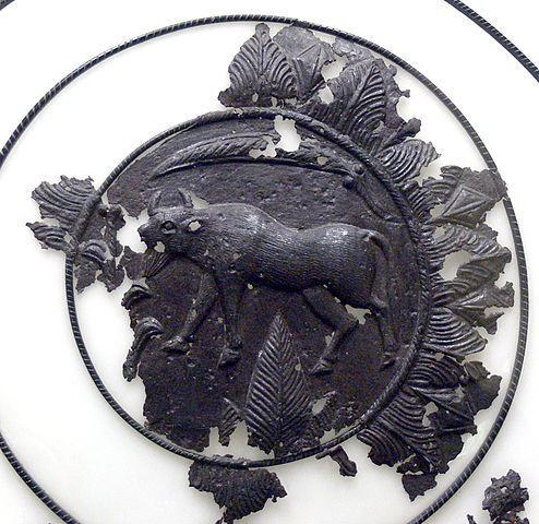 Scut cu reliefuri figurate, realizat din tablă de fier, descoperit în cetatea dacică de la Piatra Roşie
