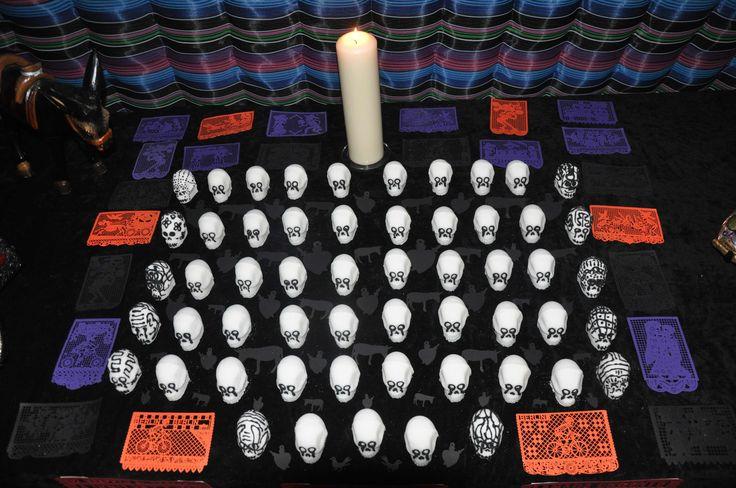 Lo que duele no es la muerte sino el olvido. La memoria de México se vive al día, se llora, se sufre, pero se tiende a olvidar quedando en el calendario solo como un día mas, un hecho mas. De ahí esta ofrenda, que se compone de tradicionales caleveritas de azúcar que se les abstrajo el color, como símbolo de lo que nos están quitando a la colectividad mexicana en nuestra patria. 43 son por los 43 estudiantes de la Escuela Normal Rural de Ayotzinapa desaparecidos