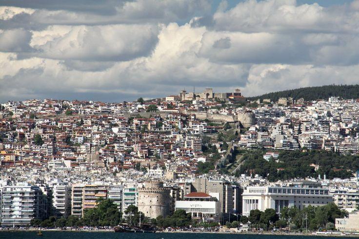 Ο Κωνσταντής κοιτά την πόλη | Parallaxi Magazine