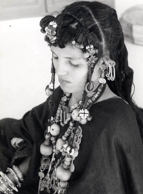 Africa | A very rich young woman photographed in the Sahara, Morocco. ca 1950 | © Jean Besancenot.