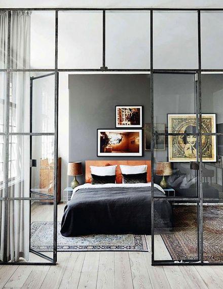 Ibland vill man skapa ett rum i rummet. Men man vill inte förlora allt ljus utan vill bara skärma av en yta. Det finns olika sätt att göra det på men något som är riktigt snyggt är så kallade fabri...