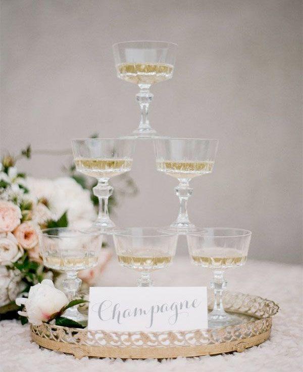 Wie wird ein Champagner-Turm, um das neue Jahr zu tun - Komfortables Haus