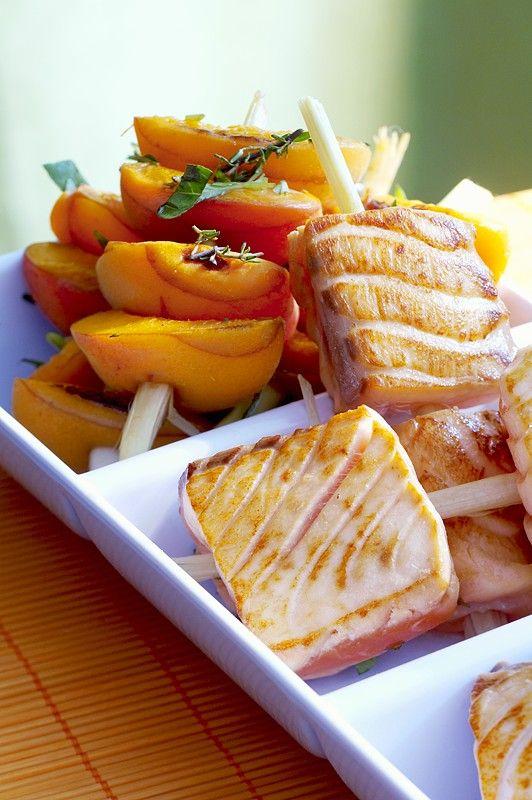 Spieße mit Aprikosen und Lachs vom Grill | http://eatsmarter.de/rezepte/spiesse-mit-aprikosen-und-lachs-vom-grill