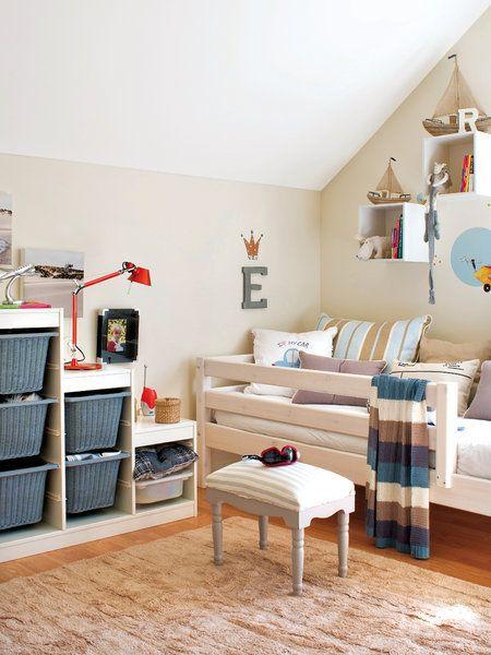 Habitación infantil abuhardillada con zona de almacén