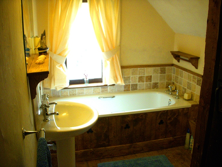 Family bathroom at Deane Thatch holiday cottage South Devon