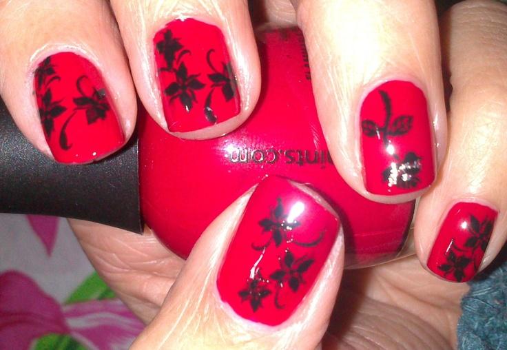 flor negra sobre rojo