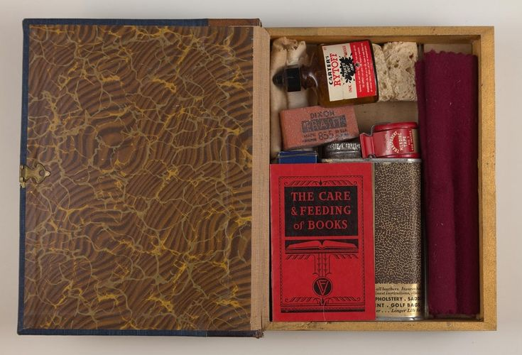 """The Care and Feeding of Books"" (1947), contiene un kit per riparare i libri…"