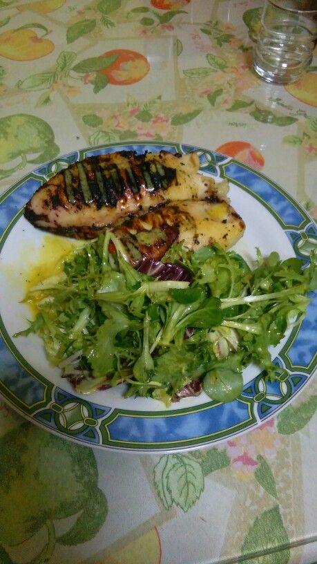 Καλαμάρι γεμιστό με λαχανικά , ψητό στο γκριλ.. ..σαλατα καπριτσιόζα με σος μουστάρδας....