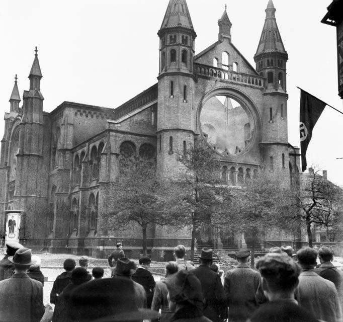 HANNOVER 1938 AUSGEBRANNTE SYAGOGE Die Synagoge in der Bergstraße 16 wurde in der Nacht vom 9. auf den 10.November 1938 angezündet und brannte völlig aus. Die Abbruchkosten der Synagogenruine in Höhe von 26.000 RM musste die jüdische Gemeinde tragen.