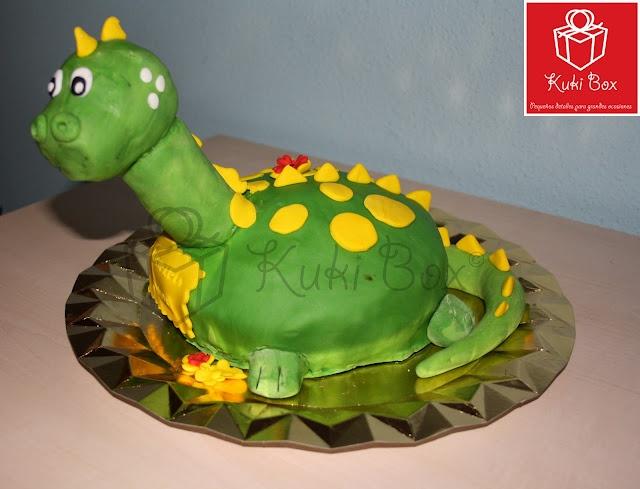 Tarta Dinosaurio para el cumple de Carles.  -------- Bizcocho de vainilla y modelado en fondant