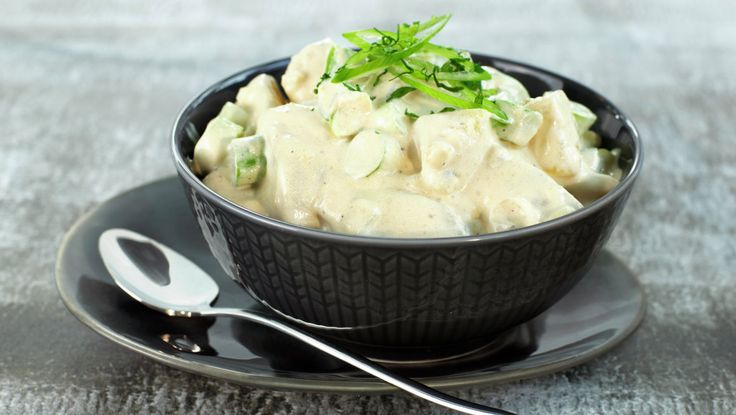 Potetsalat med litt sylteagurk, soyasaus, vårløk og løk