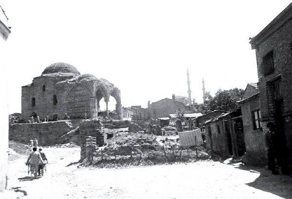 Yarhisar Camii (1938.Zeyrek) Arkada Fatih Camii görünüyor.