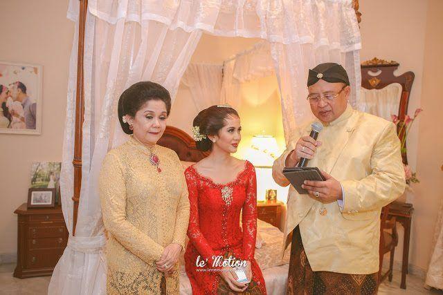 Perpaduan antara dua adat dala pernikahan merupakan hal yang sering terjadi. Yovika dan Andro mempersiapkan pernikahan adat Minang dan Jawa bertema pastel.