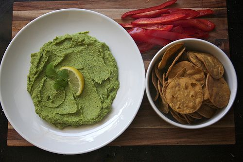 What do you get when you mix creamy avocado and with nutty chickpeas? Guacamole Hummus! @Amazing Avocado #holidayavocado