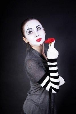 Google Image Result for http://us.123rf.com/400wm/400/400/korionov/korionov1010/korionov101000032/7872051-femme-mime-avec-maquillage-theatrale-et-fleur-rouge-en-mains-sur-fond-noir.jpg