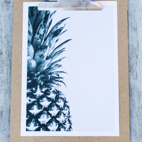 Deze coole Pineapple print wordt geleverd met een handige klembord zodat je deze heel eenvoudig kunt toepassen in je interieur. Bijvoorbeeld op een fotoplank of gewoon aan de muur. Verschillende prints zijn ook los leverbaar.