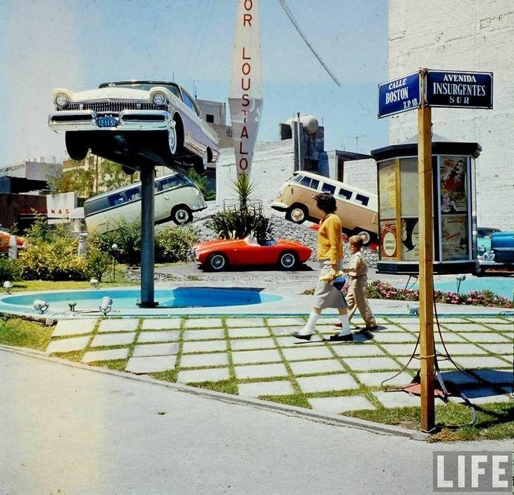 Concesionaria de automoviles en la esquina de la Av. Insurgentes Sur y la calle de Boston, muy cerca del World Trade Center Cd de México.  Foto tomada probablemente a mediados de los años 70's.