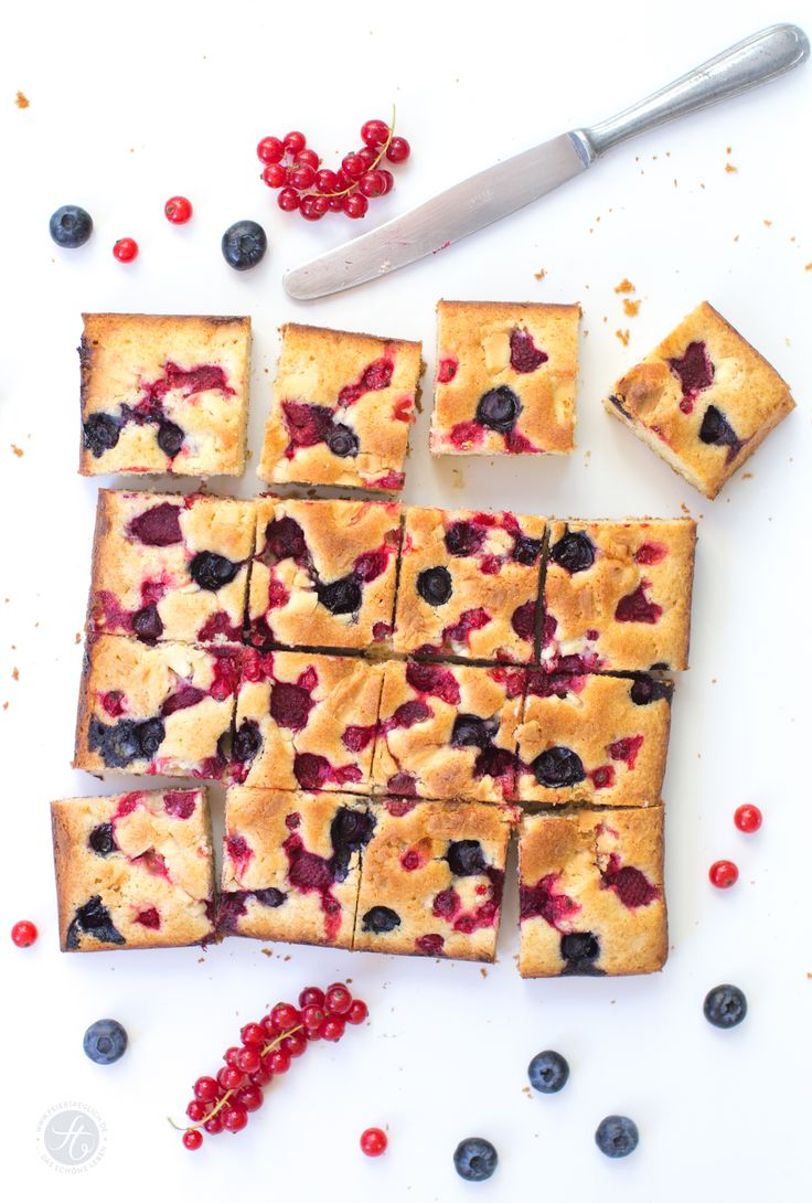 Weisser Schokoladenkuchen mit Beeren – garantiert der neue Lieblingsplatz der letzen Sommerbeeren! Rezept von feiertäglich.de
