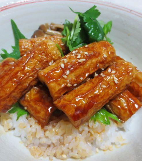 お肉、お魚の代わりに「ちくわ」を使って照り焼き丼を作りました。素材の下ごしらえが...