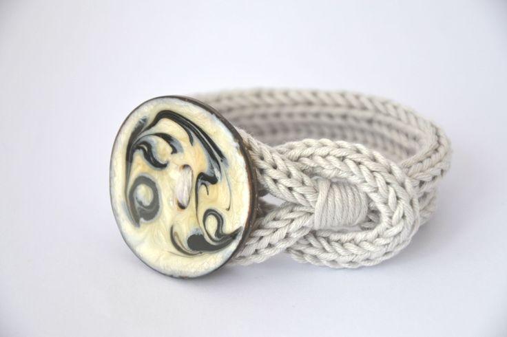Bracciale polsiera uncinetto color grigio perla e bottone in cocco dipinto a mano, knot bracelet with hand painted coconut button di MariluCrochet su Etsy