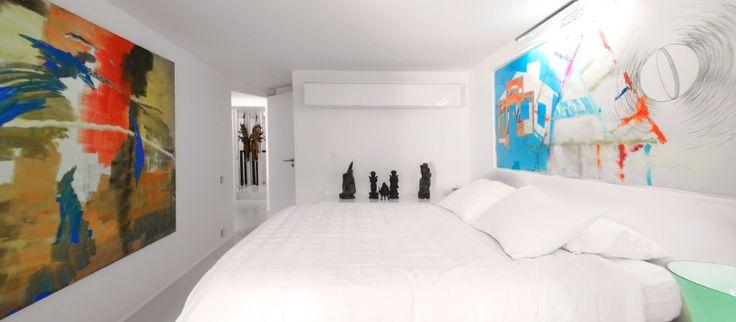Alesia-huoneiston (Pariisi) vaaleaa sisustusta on rikottu värikkäin taide-esinein.