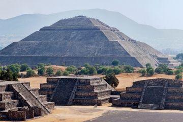 Puedes visitar las pirámides de Teotihuacán, la ciudad de Dios, en México. Personas escalan la pirámide para ver los monumentos. Es muy famoso en La Ciudad de México.