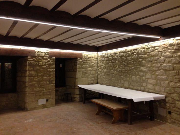 Txoko de paredes de piedra y vigas de madera iluminado - Vigas de madera para techos ...
